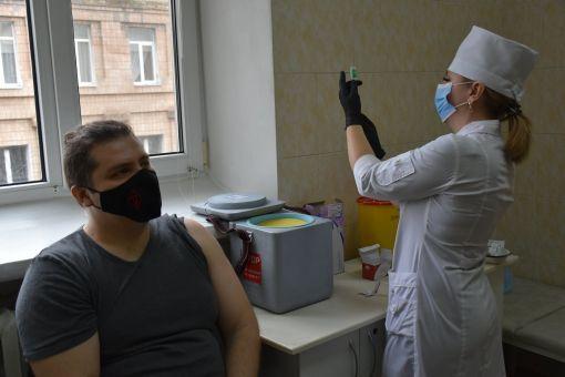Вакцинація проти Covid-19 в Україні: чи встигнемо використати всі дози?
